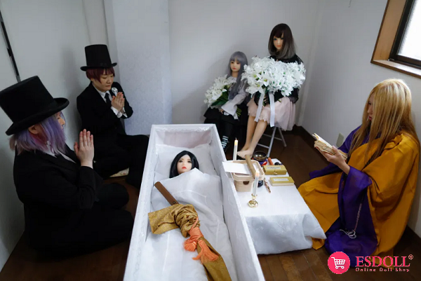 adult-movie-star-holds-strange-funeral-for-sex-doll