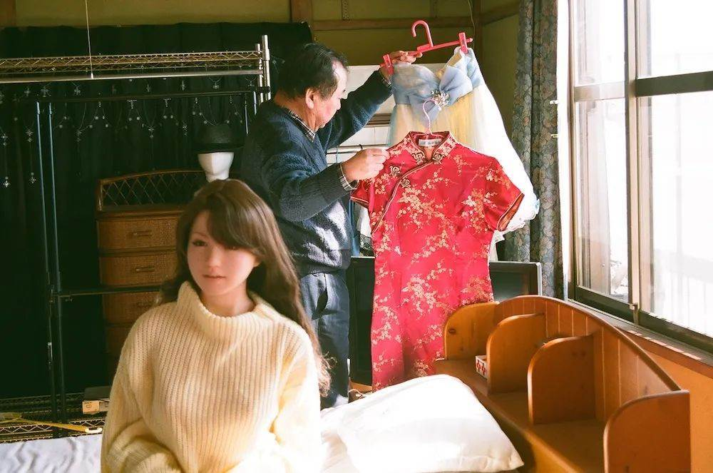 the-story-of-a-japanese-uncle-and-6-sex-dolls-dating-in-love-2